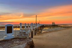 Un tramonto dorato nella spiaggia Fotografia Stock