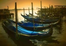 Un tramonto dorato sopra le gondole Fotografia Stock