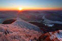 Un tramonto gelido nel paesaggio del hoarfrost immagine stock libera da diritti