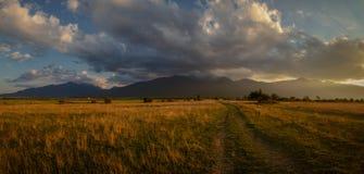 Un tramonto incredibile sopra le montagne di Pirin fotografia stock libera da diritti