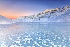 un tramonto meraviglioso sopra il lago congelato dal freddo intenso della notte immagine stock libera da diritti