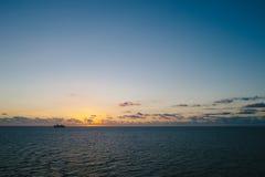 Un tramonto sopra l'oceano mentre in mare. Immagine Stock Libera da Diritti
