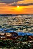 Un tramonto splendido con i colori caldi e luminosi Fotografie Stock Libere da Diritti