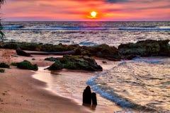 Un tramonto splendido con i colori caldi e luminosi Fotografia Stock