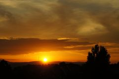 Un tramonto stupefacente sotto un cielo nuvoloso fotografie stock libere da diritti