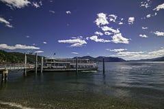 Un transbordador de pasajero llega en el embarcadero del lago imagenes de archivo