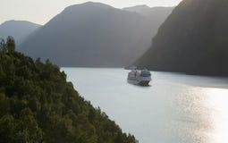 Un transbordador en un fiordo noruego Imágenes de archivo libres de regalías