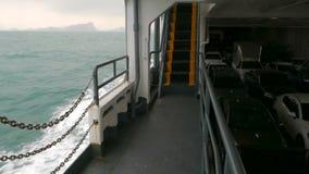 Un transbordador grande lleva los coches a través del océano almacen de video