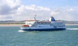 Un transbordador llega el puerto de Calais, Francia en el canal inglés imagenes de archivo