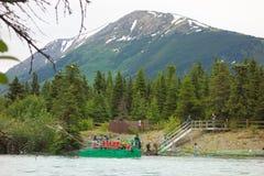 Un transbordador propulsado por la corriente del ` s del río según lo visto en el río ruso en el verano imágenes de archivo libres de regalías