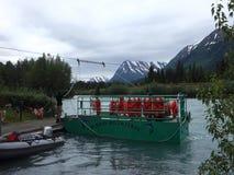 Un transbordador propulsado por la corriente del ` s del río según lo visto en el río ruso en el verano almacen de video