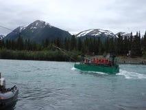 Un transbordador propulsado por la corriente del ` s del río según lo visto en el río ruso en el verano metrajes
