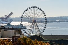 Un transbordador y una rueda hidráulica al lado de Elliott Bay en Seattle fotografía de archivo libre de regalías