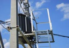 Un transformateur de distribution électrique avec le refroidissement Images libres de droits