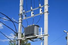 Un transformateur de distribution électrique avec le refroidissement Photo stock
