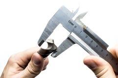 In un trapano a mano ed in un micrometro fotografia stock