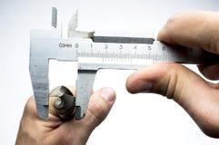 In un trapano a mano ed in un micrometro immagini stock