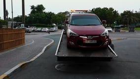 Un trasportatore dell'automobile del camion di rimorchio, camion che porta un'automobile per la riparazione alla via della città archivi video
