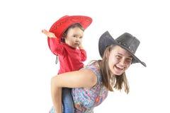 Un trasporto sulle spalle di due ragazze isolato su fondo bianco Fotografie Stock