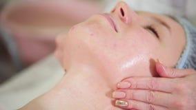 Un tratamiento del masaje de cara en clínica de la cosmetología Suavemente masaje de la barbilla Cierre para arriba almacen de metraje de vídeo