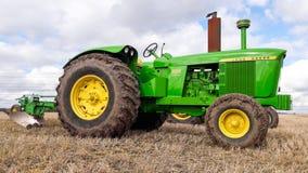 Un trattore d'annata di John Deere 5020 Fotografia Stock Libera da Diritti
