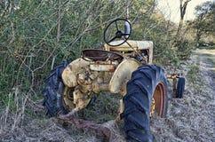 Il giallo ha arrugginito trattore fotografia stock libera da diritti