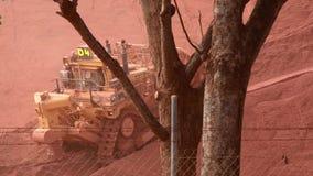 Un trattore mega che spinge minerale di ferro in Weipa video d archivio