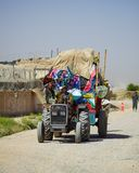 Un trattore sovraccaricato in Kandahar Afghanistan fotografie stock