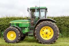 Un trattore verde moderno di John Deere 7710 Immagine Stock
