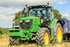 Un trattore verde moderno di John Deere 6190r Immagini Stock Libere da Diritti