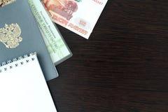 Un travail de document russe et une expérience et un argent registrating de travail photos libres de droits