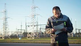 Un travailleur à la centrale conduit une inspection banque de vidéos