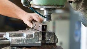 Un travailleur actionnant une machine de perceuse de coupeur de fraisage à l'intérieur d'une usine d'aluminiun photos libres de droits