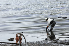 Un travailleur dans le costume de biohazard pendant l'opération de nettoyage Photographie stock libre de droits