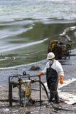 Un travailleur dans le costume de biohazard pendant l'opération de nettoyage Images libres de droits