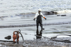 Un travailleur dans le costume de biohazard pendant l'opération de nettoyage Image libre de droits