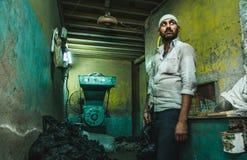 Un travailleur dans le taudis de dharavi de Bombay images libres de droits