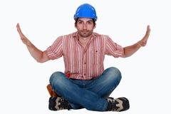 Un travailleur de la construction assis. photographie stock libre de droits