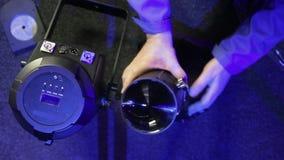 Un travailleur de sexe masculin inspecte un nouveau tube pour assurer un projecteur de profil clips vidéos