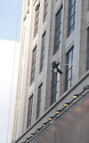 Un travailleur lave le bâtiment situé à Changhaï Image stock