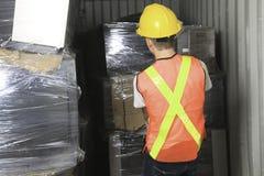Un travailleur qu'en réutilisant la chose réutilisez dessus le centre Photo stock