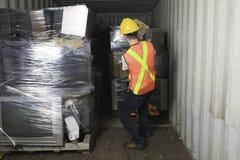 Un travailleur qu'en réutilisant la chose réutilisez dessus le centre Image libre de droits