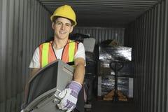 Un travailleur qu'en réutilisant la chose réutilisez dessus le centre Photographie stock