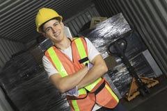 Un travailleur qu'en réutilisant la chose réutilisez dessus le centre Photos libres de droits