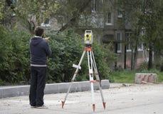 Un travailleur se tient à côté du niveau images libres de droits