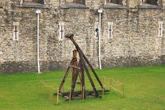 Un trebuchet est un type de catapulte qui a été utilisée dans le Midd image libre de droits