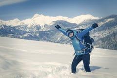 Un trekking della viandante nel paesaggio di inverno fotografia stock
