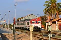 Un tren apresura a través de la estación en Torreliano España Imagen de archivo libre de regalías