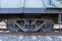 Un tren bajo estructura en la vía del tren fotos de archivo