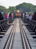 Un tren cruza lentamente el puente famoso sobre el kwai del río adentro Imágenes de archivo libres de regalías